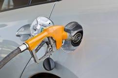 Автомобиль на бензоколонке будучи заполнянным с топливом стоковое фото