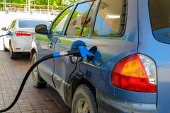 Автомобиль на бензоколонке Стоковая Фотография