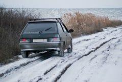 Автомобиль на грязной улице зимы Стоковые Фото