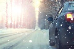 Автомобиль на заходе солнца зимы деревьев дороги Стоковая Фотография RF