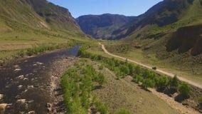 Автомобиль на извилистой дороге в горах сток-видео