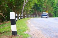 Автомобиль на дороге кривой стоковое фото
