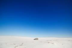 Автомобиль на покрытой снег дороге Стоковые Фото