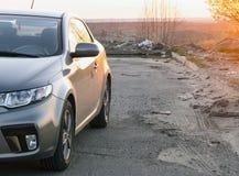 Автомобиль на предпосылке захода солнца Стоковое Фото