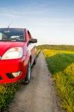 Автомобиль на проселочной дороге Стоковые Фото