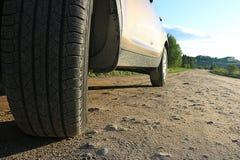 Автомобиль на проселочной дороге Стоковая Фотография RF