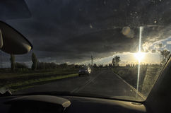 Автомобиль на проселочной дороге Стоковые Фотографии RF