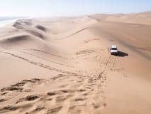 Автомобиль на пустыне Namib в гавани сандвича, Намибии Стоковое Фото