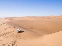 Автомобиль на пустыне Namib в гавани сандвича, Намибии Стоковое фото RF