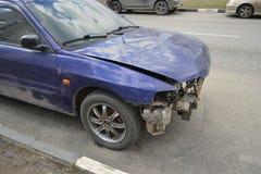 Автомобиль на улице после аварии Стоковые Изображения RF