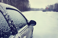 Автомобиль на snowbound дороге Стоковые Изображения RF