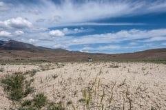 Автомобиль неба гор пустыни степи Стоковое Изображение