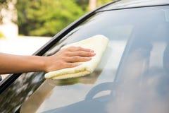 Автомобиль лобового стекла чистки с тканью microfiber Стоковые Фотографии RF