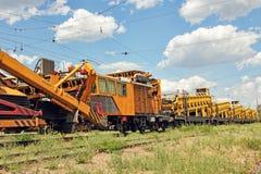 Автомобиль обслуживания железнодорожного пути Задавленный камень устанавливает макинтош конструкции Стоковые Фото