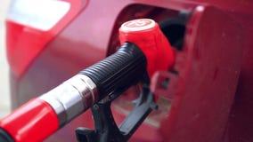 Автомобиль дозаправляя на бензозаправочной колонке видеоматериал