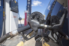 Автомобиль дозаправляя на бензозаправочной колонке Стоковая Фотография