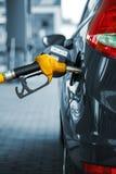 Автомобиль дозаправляя на бензозаправочной колонке Стоковая Фотография RF