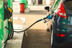 Автомобиль дозаправляя на бензозаправочной колонке Стоковое Изображение RF