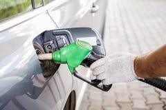 Автомобиль дозаправляя с бензином Стоковое Фото