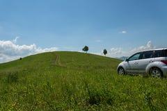 Автомобиль дороги лугов холмов Стоковая Фотография