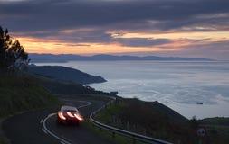 Автомобиль освещает в дороге, баскском побережье Стоковое Изображение