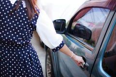 Автомобиль отверстия женщины Стоковое фото RF