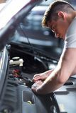Автомобиль отладки автоматического механика Стоковая Фотография
