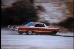 Автомобиль переворачивая на дороге горы сток-видео