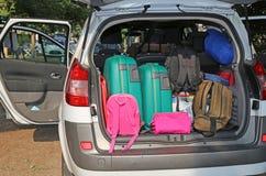 Автомобиль перегруженный с чемоданами стоковое фото