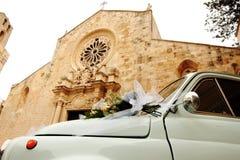Автомобиль перед собором Otranto замужеством - Италия Фиат 500 стоковое фото rf