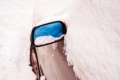Автомобиль покрытый снегом на снежный зимний день Стоковое Изображение RF