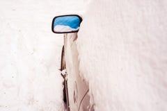 Автомобиль покрытый снегом на снежный зимний день Стоковые Фото