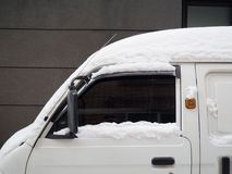 Автомобиль покрытый с белым снежком Стоковые Изображения RF