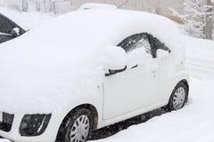 Автомобиль покрытый с снегом во время пурги Стоковые Фото