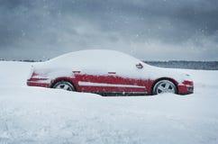 Автомобиль покрытый с снегом Стоковое фото RF
