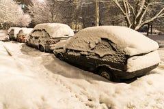 Автомобиль покрыл свежий белый снег Стоковые Фото