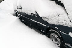 автомобиль покрыл снежок Стоковые Фотографии RF
