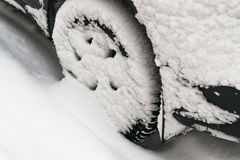 автомобиль покрыл снежок Стоковые Изображения