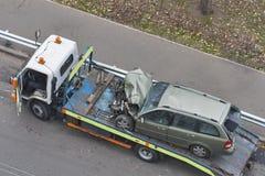 Автомобиль после дорожного происшествия погруженный к эвакуатору Стоковые Изображения