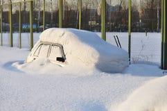 Автомобиль потонутый в снежке Стоковые Изображения RF