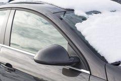 Автомобиль похороненный под снегом Стоковые Фотографии RF