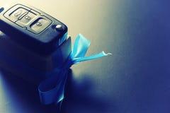 Автомобиль подарка денег ключевой стоковое изображение