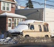 Автомобиль под снегом в Бруклине после массивнейшей зимы бушует Стоковая Фотография