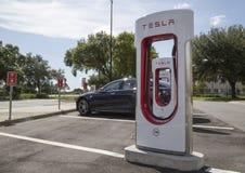 Автомобиль припаркованный на зарядной станции Tesla Стоковая Фотография