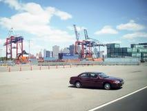 Автомобиль припаркованный на красном контейнере крюка Стоковое Фото