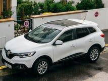 Автомобиль припаркованный на французской улице - повышенное abov Renault Kadjar SUV Стоковые Фотографии RF