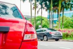 Автомобиль припаркованный около дороги стоковые изображения