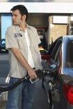 Автомобиль работника дозаправляя на станции Стоковое фото RF