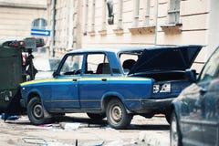 Автомобиль разрушенный протестующими во время бунта Полицейская машина разрушенная около Управления полиции, центра города Стоковая Фотография RF