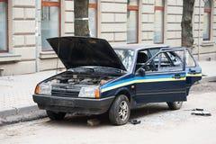 Автомобиль разрушенный протестующими во время бунта Полицейская машина разрушенная около Управления полиции, центра города стоковое фото rf